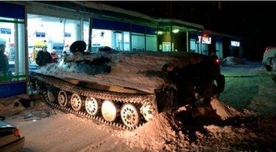 俄男子偷装甲车后闯超市抢酒 工作人员将其当场抓住