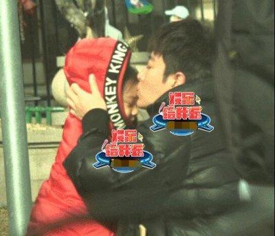 贾乃亮不停亲吻甜馨 父女分别泪流不止 网友看此情景也是悲痛