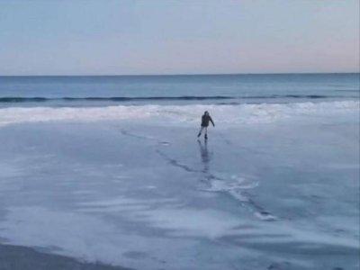 美国沙滩变溜冰场 现场可以看到很多人自由自在玩耍