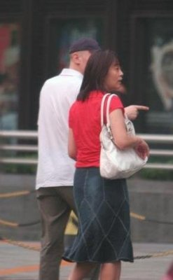 60岁葛优老婆近照曝光 果然是真爱! 穿着简单显得很随性