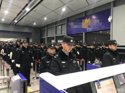 特警包机出国押犯 63名诈骗分子被押送回国接受审判