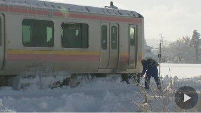 这趟列车被大雪冻停了... 400多名乘客受困冻得受不了
