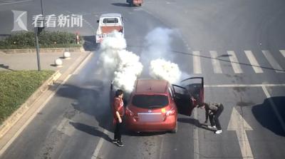 车内万发鞭炮突然被引燃 因吸烟不小心点燃无人受伤