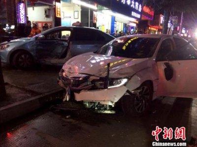 轿车闹市街头撞飞8辆电动车 7人受伤送医接受治疗