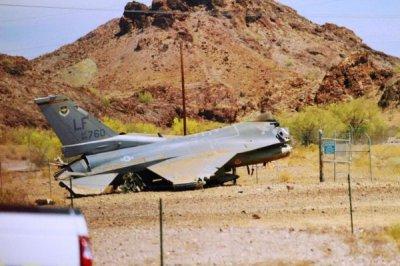美军战机降落坠毁 飞机员及时跳伞逃生躲过一劫