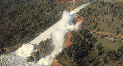 肯尼亚一大坝决堤 造成多人死伤 受灾人数达到上千人