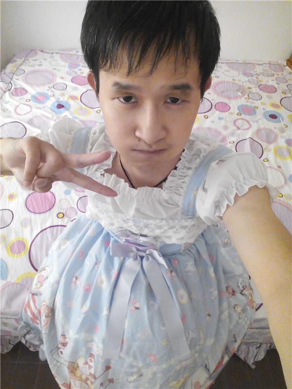 一个非常喜欢穿裙子的男孩,他是陈孝杰穿裙子