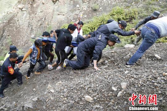迪庆州德钦县羊拉乡一货车冲下悬崖幸被巨石拦住 警民联合救援