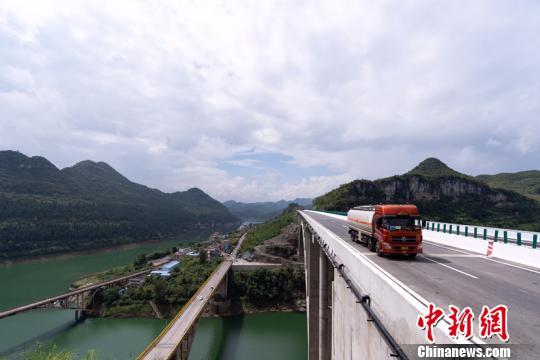 贵州织金至普定高速公路正式通车试运营 全线双向4车道