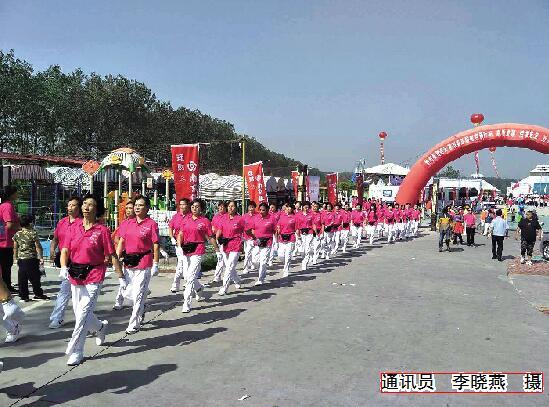 2万人齐聚月牙岛 全民快乐健步走