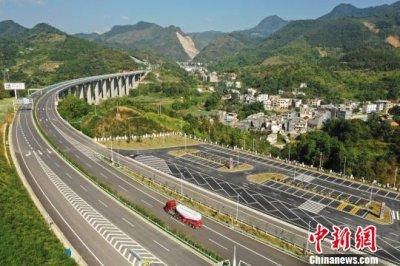 贵州罗甸县至望谟县高速公路全线开通运营 桥隧比高达近七成
