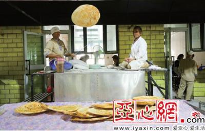 新疆库车大馕城7月每天平均卖出3000个馕 如今每天卖出10000个