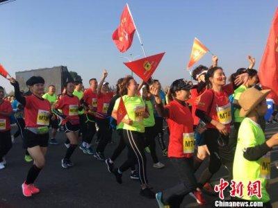 2018池州国际马拉松在池州市平天湖畔鸣枪开跑 共13593人参赛