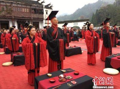 传统集体婚礼大典在黄山黟县西递景区举行 20对新人着汉服、行汉礼