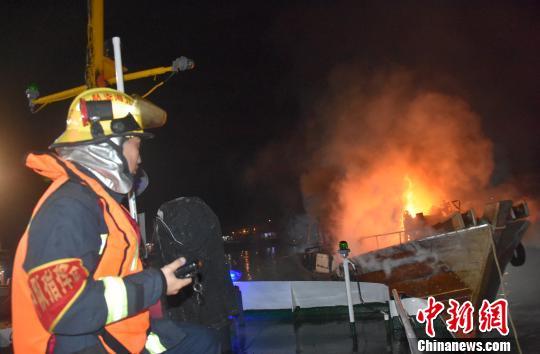 北海市电建渔港一艘渔船起火燃烧猛烈 目前起火原因不明