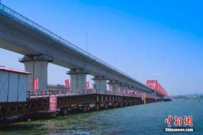 京张高铁控制性工程清华园隧道在安全穿越北京市核心区后贯通