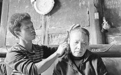 重庆綦江区永新镇80后农民工背着瘫痪母亲打工15年 至今没有成家