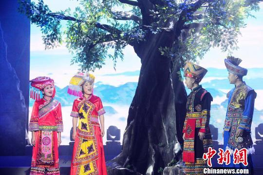 """西林如今仍保留着完好的壮族""""三月三""""歌节,图为晚会上的对歌场景。 蒋雪林 摄"""