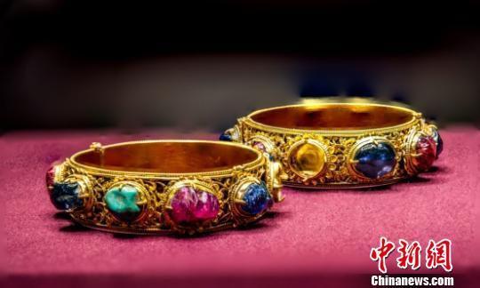 明代嵌宝石金镯。 朱宇 摄