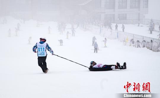 滑雪爱好者体验冰雪运动的无限乐趣 张畅 摄