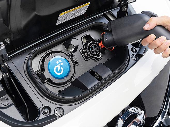 外观方面,聆风E-Plus运用家族最新V-motion设计语言,车身外观基于空气动力学设计,将其设计成低重心的流线,更显锐利之感。前大灯组采用全LED光源,V字型的黑色饰板将左右灯组连成一体,上下分明,更显其层次感。