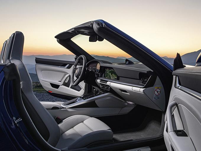 外观方面,保时捷全新一代911敞篷版与硬顶版车型基本保持一致。前脸进气格栅整体采用贯穿式设计,内部为三段式布局并集成日间行车灯,中央为ACC自适应巡航传感器探头,两侧为大尺寸进气口。车身侧面配备嵌入式门把手,可通过感应电动弹出,顶篷的支撑结构使用镁合金,并可在50km/h的速度下完成开闭,开启时间缩短至12秒左右。