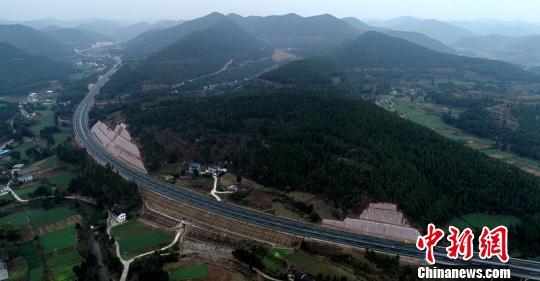 俯瞰四川绵西高速公路。(资料图) 刘忠俊 摄