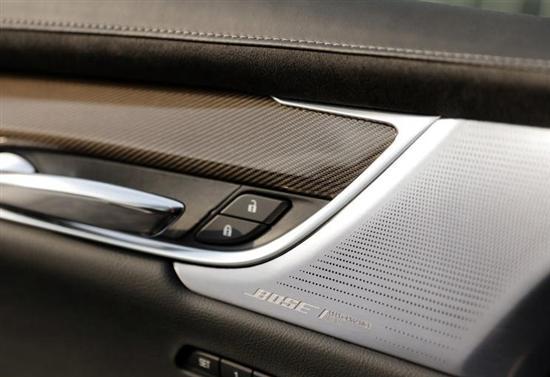 凯迪拉克XT6采用了全新的设计语言,整体造型参考了凯迪拉克Escala概念车,大灯组造型更加纤细,日间行车灯继续保持垂直风格,同时全新的网状格栅进一步凸显运动感。根据官方消息,风尚版与运动版采用的是双外观策略,未来将提供两种不同外观及内饰风格。