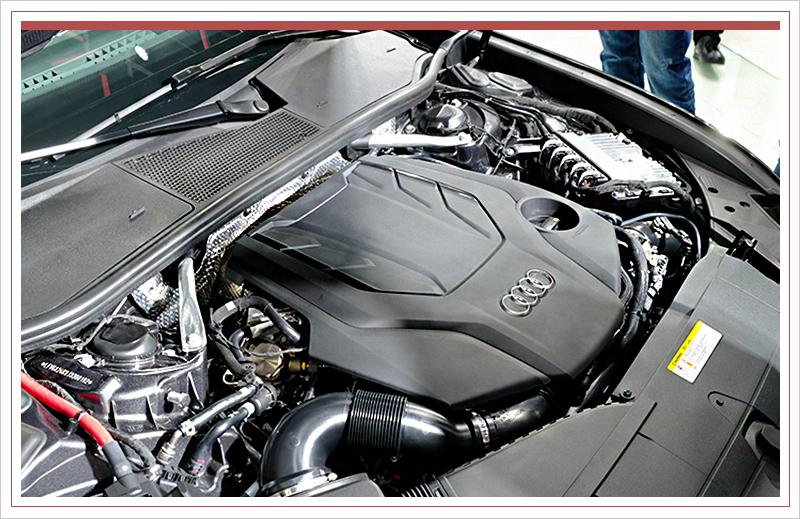 外观方面,新车前脸线条简练且棱角分明,家族六边形大嘴式进气格栅辅以镀铬装饰点缀,搭配两侧全新设计的头灯组,富有气势。灯组内部配备日间行车灯,十分精致。发动机盖上棱线以及保险杠两侧进气口的设计均带有更强的力量感,整体风格偏向年轻化运动化。此外,全新A6L提供两种不同风格保险杠设计可供选择。