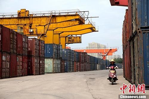 """5月23日,西安西站内堆满了集装箱。截止22日,西安西站共发送17万车,较同期增长19%,货物发送1006.46万吨,较同期增长17%,货运生产总量呈现上升趋势,成立至今生产运输""""零""""事故。 <a target='_blank'  data-cke-saved-href='http://www.chinanews.com/' href='http://www.chinanews.com/'>中新社</a>记者 张远 摄"""