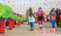 首届迎新春社火旅游节在乌鲁木齐市达坂城区达坂城镇农贸市场开幕