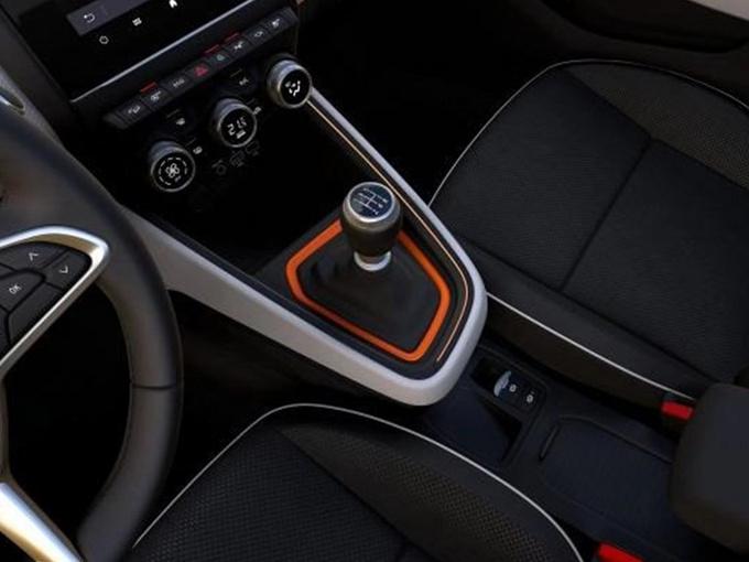 外观方面,雷诺全新一代Clio依然维系了Clio的经典设计元素,熏黑盔甲状的进气格栅极具辨识度,中间镶嵌有雷诺的经典菱形Logo,并保留隐藏式后车门把手设计,车身侧面翼子板上镶嵌有Clio的英文Logo。尾部预计将采用全新造型的全LED尾灯。