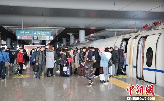 旅客在杭州东站有序排队上车。 沈克勤 摄