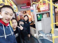 福州3名初中生用玩偶扮靓81路公交车