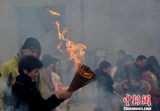 资料图,图为市民在武汉归元禅寺祈福 张畅 摄