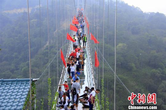 春节期间,广东佛山南丹山玻璃桥吸引了大批游客。 曾令华 摄