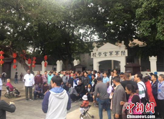 春节期间,外籍游客在广州黄埔军校旧址合影留念。 通讯员 摄