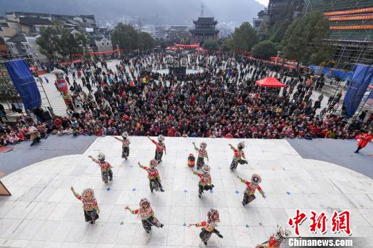 万人涌入古城观看民俗闹新春。 杨华峰 摄