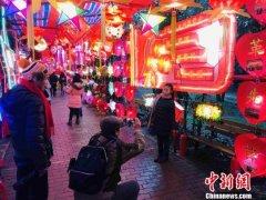 武汉市江岸区百步亭社区居民巧手自制万盏花灯闹元宵