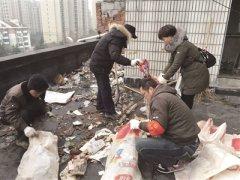 南京秦淮区两栋居民楼屋顶三天清出垃圾500袋
