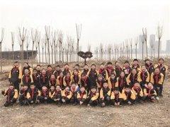 南京泰山小学近百名三年级学生植树迎十岁成长礼