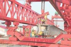 岳阳汨罗城区第4座铁路桥G536跨铁路桥开始架梁 主桥共14跨