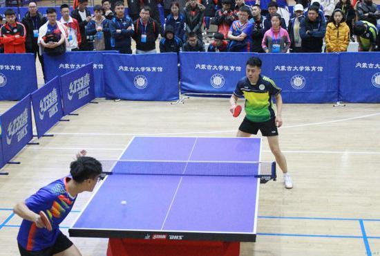 大学生选手参加当日的乒乓球赛