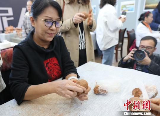 市民跟随泥塑老师学习制作泥塑。 胡耀荣 摄