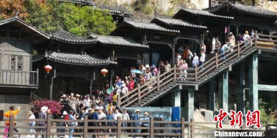 三峡人家龙进溪码头,游客下船后前往景区。湖北省文旅厅供图
