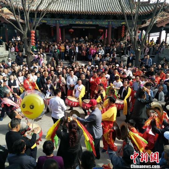 4月,正值春暖花开之际,沉闷了一冬的旅游热情被充分点燃。 刘小红 摄