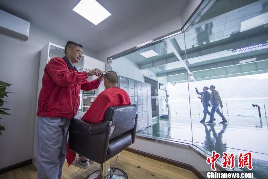 长江三峡通航综合服务区为船员提供理发服务 林海 摄