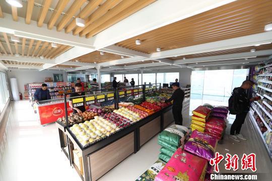 船员在长江三峡通航综合服务区超市采买生活用品 林海 摄