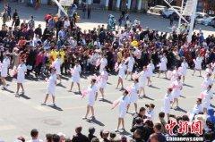 黑龙江佳木斯三江杏花节万人盛装表演举行