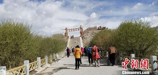 """""""五一""""小长假期间,帕米尔高原上的新疆塔什库尔干塔吉克自治县(简称塔县)受到游客青睐。 塔县文旅局供图 摄"""